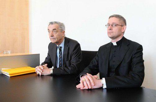 Die Schadenersatz-Prozesse gegen das Kloster Mehrerau ziehen sich bereits über ein Jahr hin: Auch Abt Anselm van der Linde (r.) musste in den Zeugenstand . Links: Mehrerau-Anwalt Bertram Grass.
