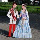 500 Kinder kleiden das Kaiserpaar ein