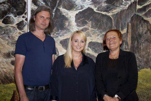 Künstler Christian Zillner mit Agenturchefin und Gastgeberin Eva Engel und Margret Broger (Kulturverein Bahnhof Andelsbuch). Fotos: FRANC