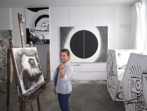 Laura Bösch im Atelier von Gerd Menia in Hard. Foto: lag