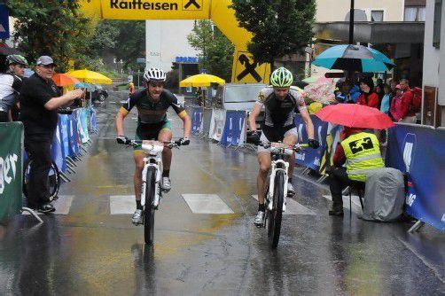 Lieferten sich im Zielspurt ein packendes Duell: Silbermedaillengewinner David Schöggl (l.) und der Wolfurter Hannes Metzler. Foto: kaufmann-pauger