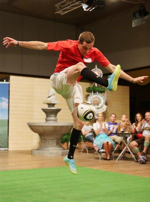 """Lukas Schatzmann beeindruckte mit seiner Präsentation die Jury (o.). Der Feldkircher wurde für die """"Traum-Elf"""" nominiert (l.). Foto: Powerpress"""