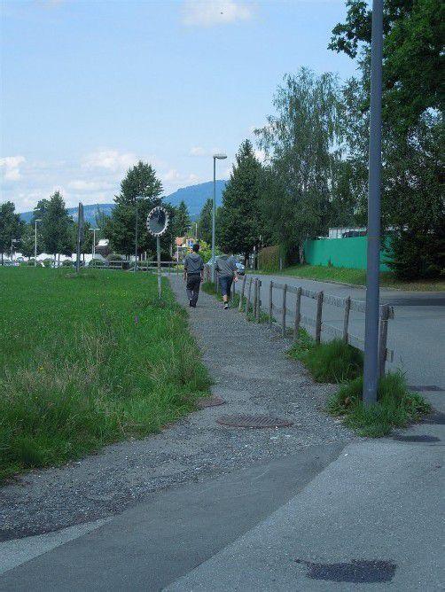 Marion Maier schlägt vor, den neu angelegten Gehweg an der Färbergasse zu asphaltieren. Foto: cth