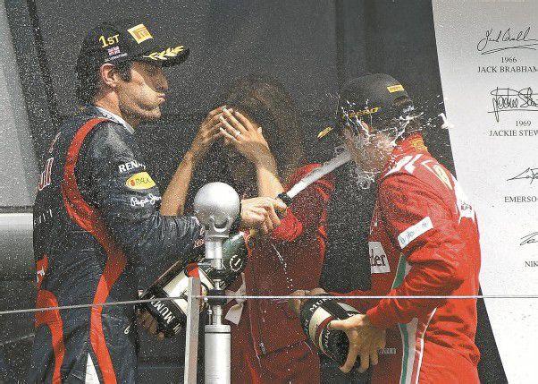 Mark Webber hat Fernando Alonso schon im Visier – nicht nur bei der Champagner-Parade. Foto: ap