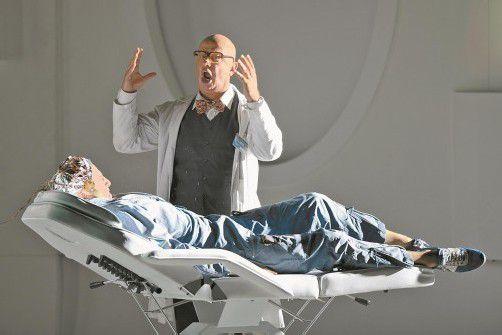"""Martin Winkler in der Rolle des Wissenschaftlers Sartorius in der Bregenzer Produktion der Oper """"Solaris"""". Foto: VN/Stiplovsek"""