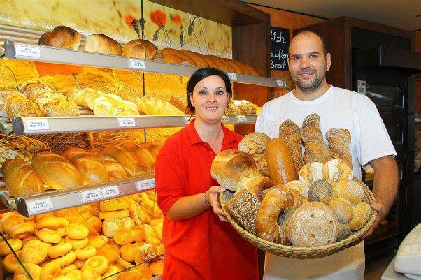 Michael und Heike Egle backen zwischen 80 und 100 verschiedene Brot- sorten. Fotos: Bernd Hofmeister