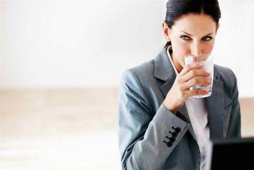 Mindestens zwei Liter Wasser sollte man täglich trinken.