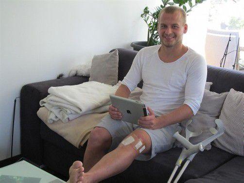 Mit Ruhigsitzen tut sich Matthias Hopfer schwer. Ein Kreuzbandriss zwingt ihn dazu und so nützt er die Zeit auch zum Schreiben. Foto: Adam