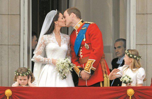 Mit diesem Kuss wurde das royale Märchen besiegelt: William und Kate sind Mann und Frau. Fotos: Reuters, AP, DAPD