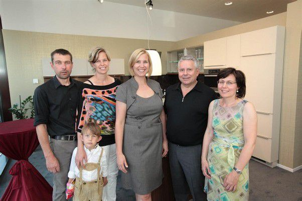 Möbelanbieter Gernot Frick mit Carmen (l.) und Sohn Emil sowie Barbara und Josef Schönherr mit Ulla Hechenberger. FotoS: AME