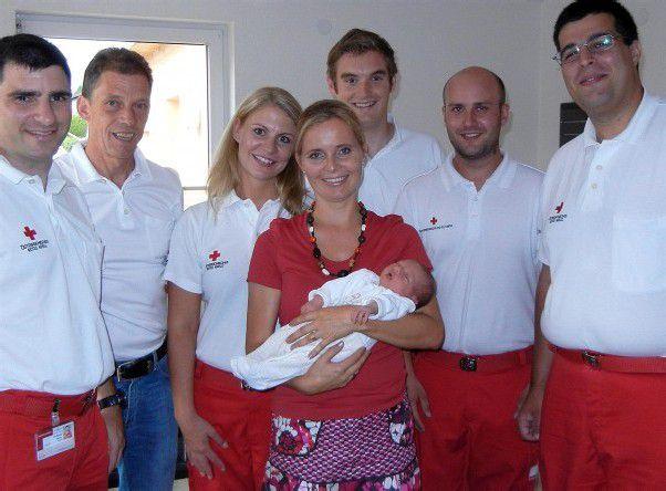 Mutter und Tochter sind wohlauf – auch für das Team der Bludenzer Rettung war die Geburt im Auto eine Premiere. Foto: apa