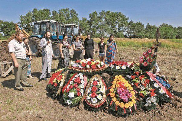 Nach der Flutkatastrophe hat der Kreml am Montag einen nationalen Trauertag angeordnet. Die ersten Toten wurden beigesetzt. Foto: AP