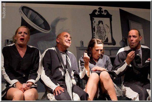 """Noch bis Samstag wird das bekannte Stück der französischen Dramatikerin Yasmina Reza """"Der Gott des Gemetzels"""" in der Parkhalle Egg aufgeführt. foto: provinztheater/hubce-at"""