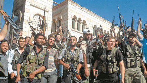 Noch im Fastenmonat Ramadan wollen die Aufständischen das Regime von Assad besiegen. In den vergangenen Tagen haben sie sich diesem Ziel angenähert. Gestern feierten sie in der Stadt Aleppo. Foto: EPA