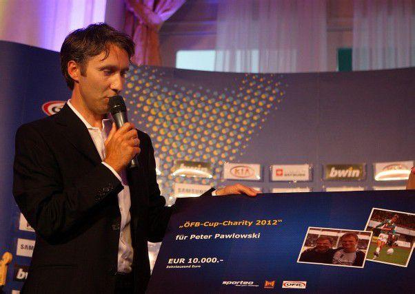 Patrick Fürnschuss von der Firma Sporteo überreichte den Scheck in Höhe von 10.000 Euro. Foto: gepa