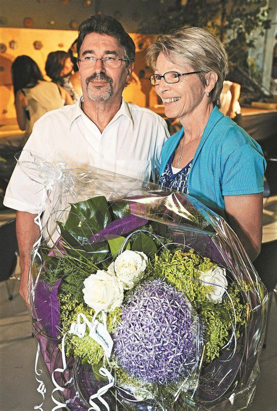 Peter Both bekam zum Abschied viel Lob und Anerkennung, für Gattin Brigitte gab es Blumen. Fotos: Dietmar Stiplovsek
