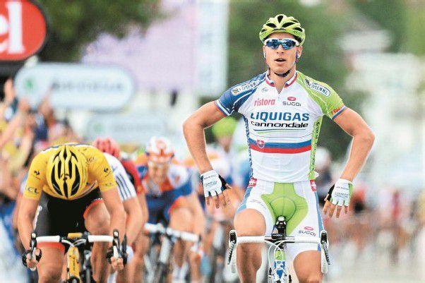 Peter Sagan setzte sich auf der ersten Etappe der Tour de France im Sprint gegen den Gesamt-Führenden Fabian Cancellara durch. Foto: EPA