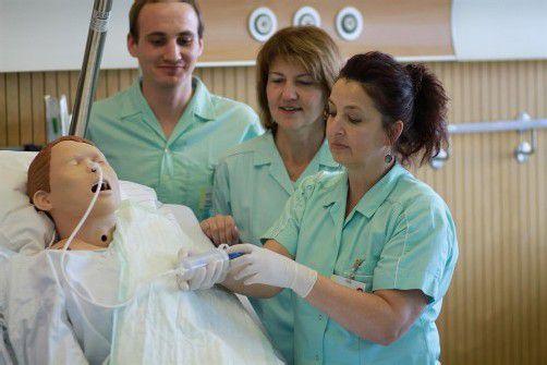 Pflegehelfer erhalten eine praxisnahe Ausbildung. Foto: KHBG