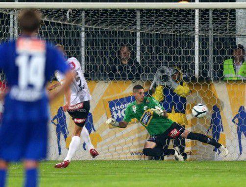 Philipp Netzer trifft sicher vom Elfmeterpunkt (links). Nach Spielschluss feiern die SCRA-Fans ihre siegreiche Mannschaft. Fotos: gepa/Diener