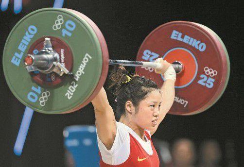 Plötzlich eine Heldin: Gewichtheberin Zhou Jun. Foto: ap