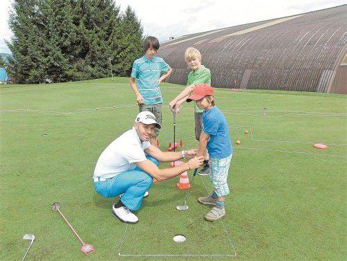 Pro Michael Coventon mit Schützlingen: Golf von der Pike auf. Foto: privat
