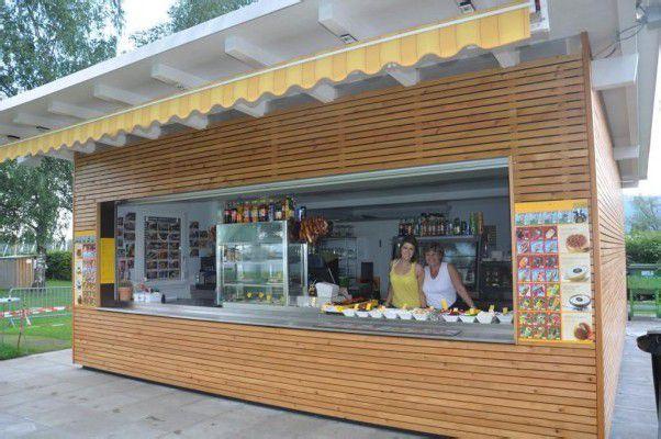 Rebecca Zöschg und Jutta Grießer im neuen Strandbadkiosk in Hard.