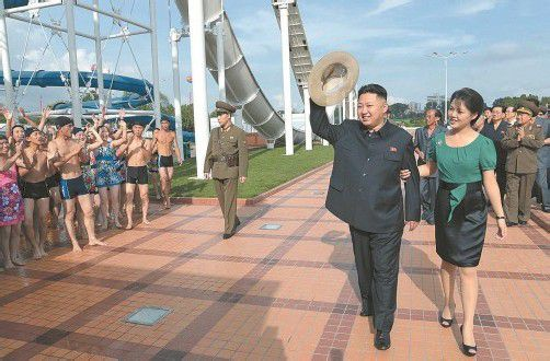 Ri Sol-ju als neue First Lady von Nordkorea, gestern mit Staatschef Kim Jong-un in einem Freizeitpark in Pjöngjang. Foto: DAPD