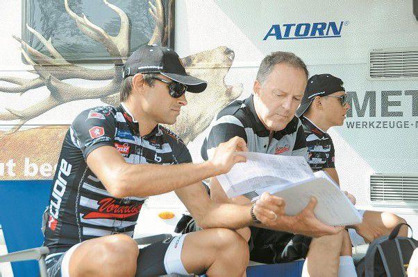 Robert Vrecer, Fünfter der Gesamtwertung, studiert mit Team-Vorarlberg-Sportchef Harald Wisiak die Startliste für das Zeitfahren heute ab 13 Uhr. Foto: akp