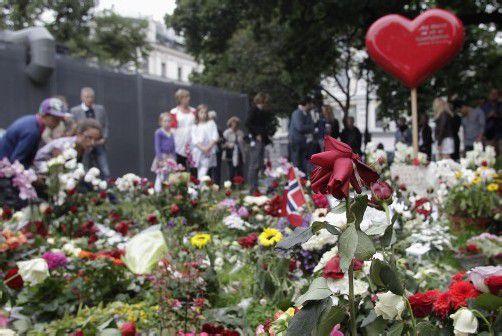 Rosen für die 77 Opfer: Auch ein Jahr nach der Schreckenstat herrscht Unverständnis und Trauer in Norwegen.