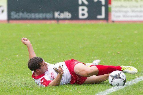 Sinnbild für das Spiel der Dornbirner: Marco Düngler und sein FC Dornbirn rutschten beim Heimauftakt gegen TSV St. Johann/Pongau aus und mussten eine 0:2-Niederlage auf der Birkenwiese einstecken. Foto: shourot