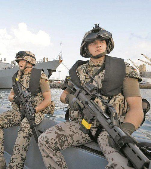 Soldaten mit deutschen Handfeuerwaffen. Foto: DAPD