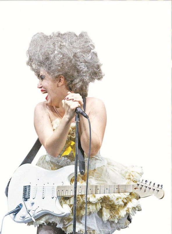 Spitze Töne und coole E-Gitarrenriffs: Ana Durlovski als La Folie. foto: Oper Stuttgart