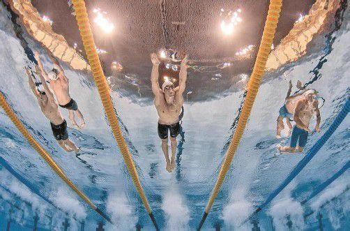 Starke Vorstellung im Vorlauf: Dinko Jukic (r.) setzte sich gegen Michael Phelps und Nick D'Arcy (l.) durch. Foto: apa