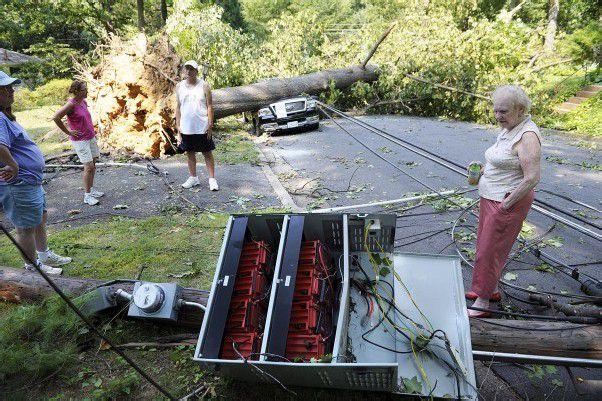 Straßen sind durch umgestürzte Bäume blockiert, zahlreiche Stromleitungen sind zerstört. Foto: dapd