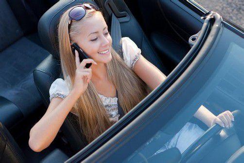 Studien haben gezeigt: Wer ohne Freisprecheinrichtung telefoniert, macht um 40 Prozent mehr Fahrfehler. Foto: Fotolia