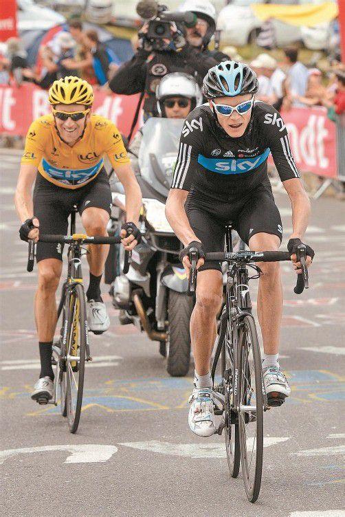Teamarbeit bei Sky: Christopher Froome (r.) zieht Tour-de-France-Leader Bradley Wiggins auf den Berg. Foto: apa