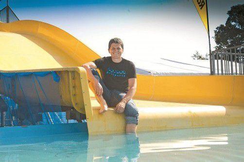 Thomas Ölz auf dem Herzstück der Poolparty – einer 15 Meter langen Rutsche. Fotos: VN/Paulitsch