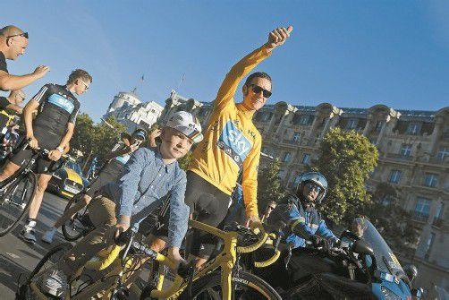 Tour-de-France-Sieger Bradley Wiggins auf einer Ehrenrunde mit Sohn Ben am Ziel in Paris. Foto: ap