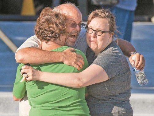Unverständnis, Wut und Trauer in Aurora: Der Amoklauf des 24-jährigen James Holmes schockt die USA. Fotos: AP