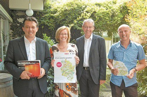 V. l.: Hans-Peter Metzler, Susanne Denk (Hotel Schwärzler), Karlheinz Rüdisser und Raimund Frick (VVV) präsentieren das Fahrkarten-Projekt.