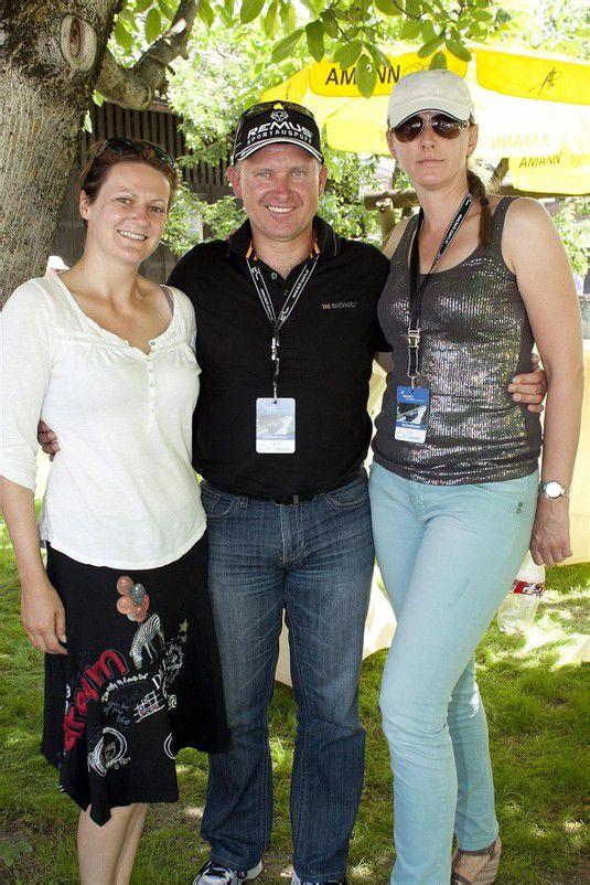 (V. l.) Pia Herbst (Lech Zürs Tourismus) mit dem künftigen Rennleiter Armin Schwarz und Petra. Fotos: FRANC