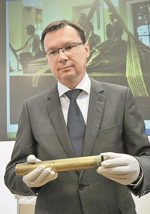 Verteidigungsminister Darabos mit Metallkapsel. Foto: APA