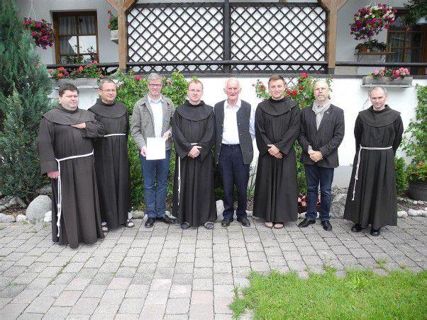 Vertragsunterzeichnung im Franziskanerkloster in Bezau.