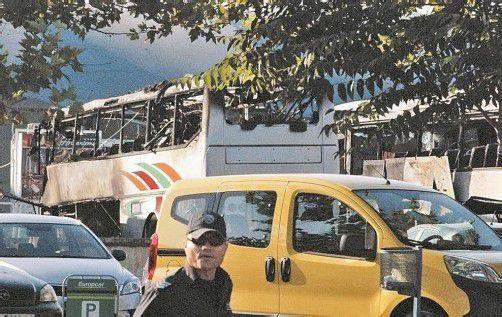 Verwüsteter Reisebus auf dem Flughafengelände von Burgas: Der Täter habe sich als Tourist verkleidet, so das Innenministerium. Foto: Reuters