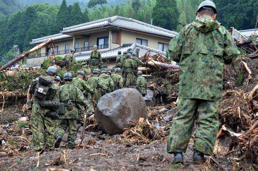 Viele Häuser wurden zerstört. Soldaten suchen noch nach vermissten Personen. Foto: EPA