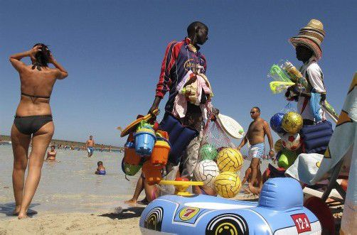 Viele Urlauber lassen sich am Strand zum Kauf von Sonnenbrillen oder Billig-Spielzeug verführen – doch jedes dritte Souvenir weist Mängel auf.