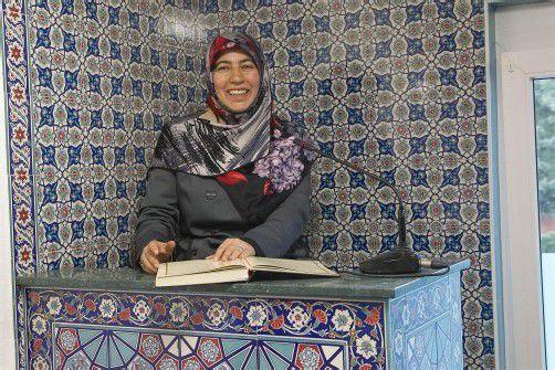 Vildan Öz predigt und legt für Frauen den Koran aus.