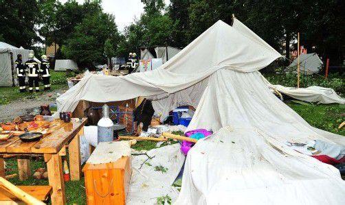 Von Sturm abgerissene Äste stürzten im Schlosspark Pöchlarn auf Zelte und Menschen. Foto: Apa