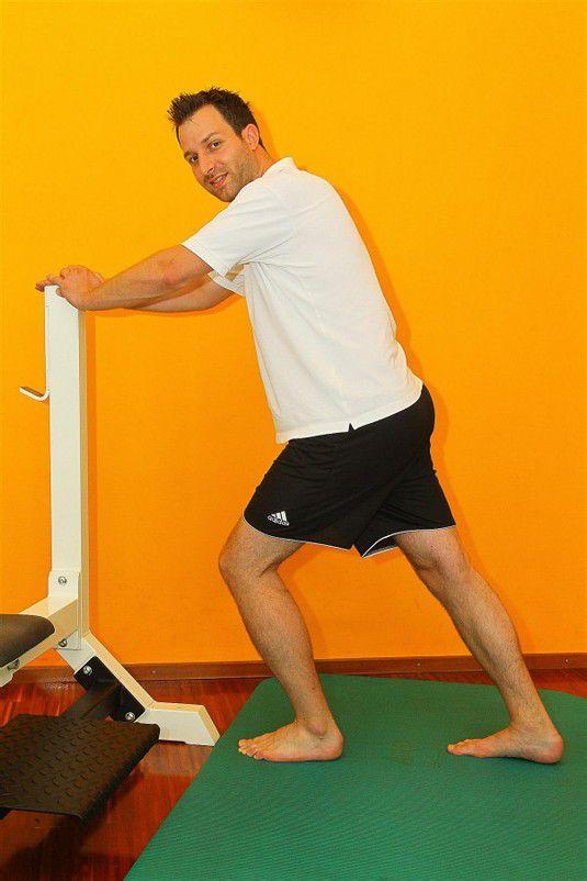 Wadendehnung mit gestrecktem Knie dehnt den Wadenmuskel, 3 x 20 Sekunden.