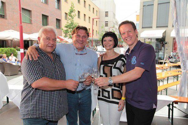 Weinkenner Hannes Amann (l.) mit Hans Topf sowie Birgit Ellensohn und Gastronom Mitch Baumann.